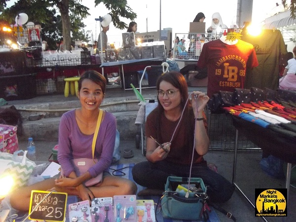 Making Jewelry at Rhamkhamhaeng Night Market