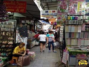 Walking around Sampeng Market