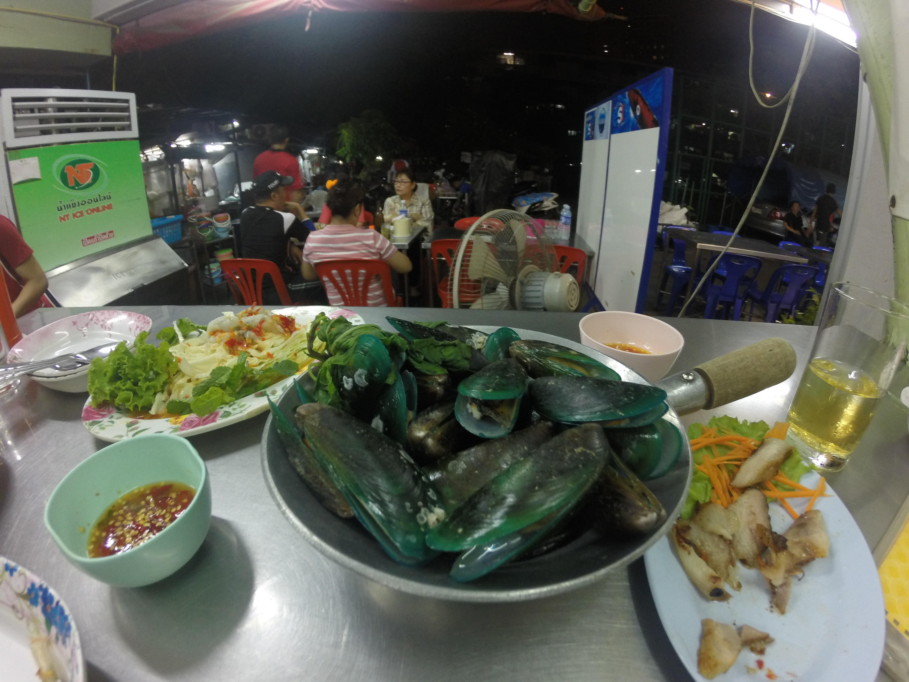 mussels at huai khwang market